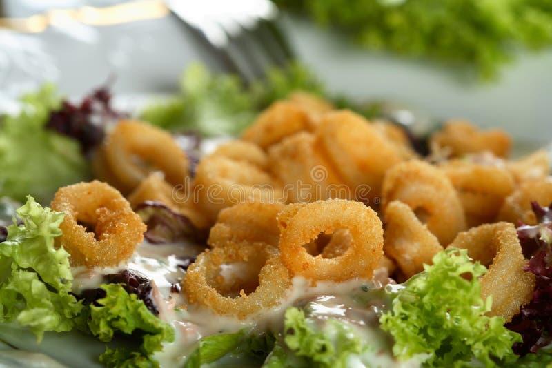 Insalata fatta da lattuga e dal calamaro immagine stock