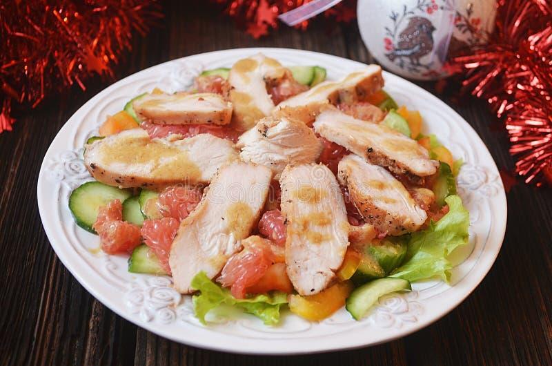 Insalata festiva con il pollo ed il pompelmo fotografie stock