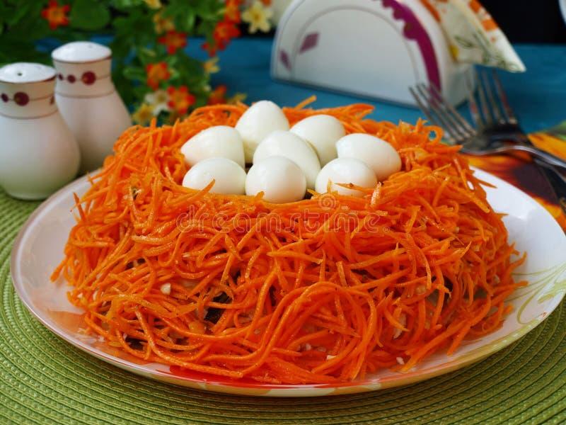 """Insalata festiva """"nido """"di Pasqua con le uova di quaglia immagini stock"""