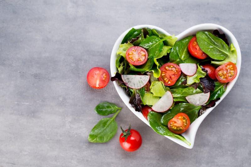Insalata fresca con gli spinaci del bambino ed i pomodori, insalata del und del ravanello immagini stock