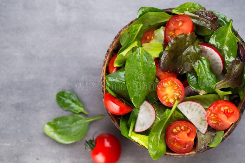 Insalata fresca con gli spinaci del bambino ed i pomodori, insalata del und del ravanello immagine stock