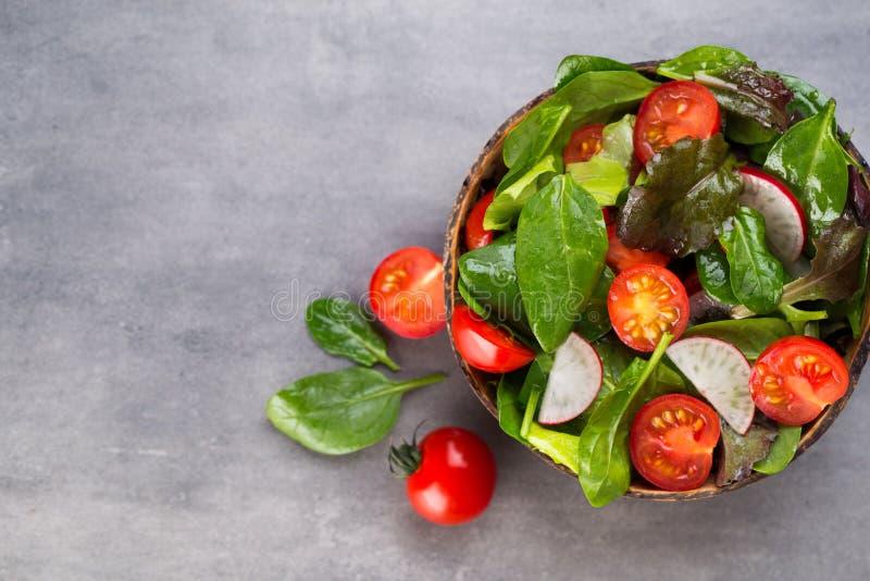 Insalata fresca con gli spinaci del bambino ed i pomodori, insalata del und del ravanello fotografia stock libera da diritti