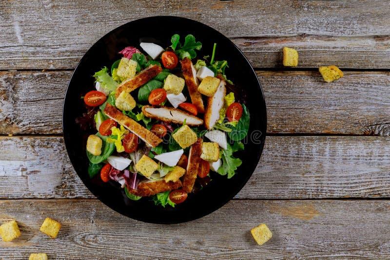 Insalata fresca con il petto di pollo, la rucola ed il pomodoro Vista superiore fotografia stock