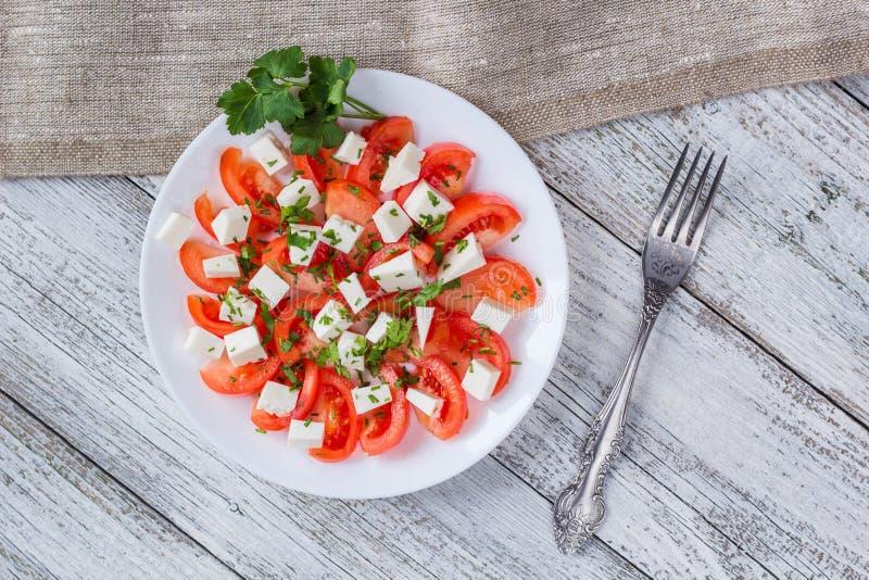 Insalata fresca con il pomodoro, la mozzarella e le erbe fotografie stock