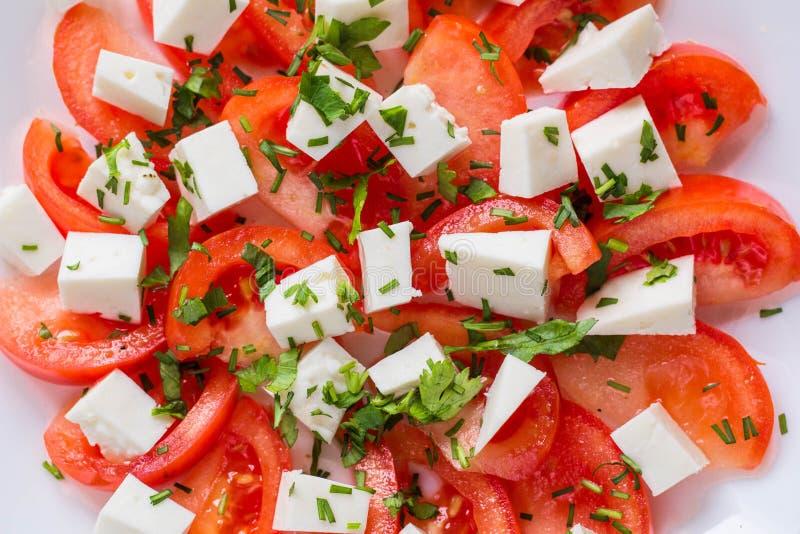 Insalata fresca con il pomodoro, la mozzarella e le erbe immagini stock libere da diritti