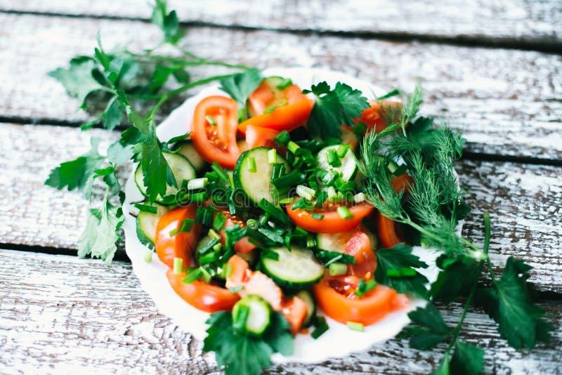 Insalata fresca con le verdure su un vecchio fondo di legno Il concetto di una dieta fotografie stock