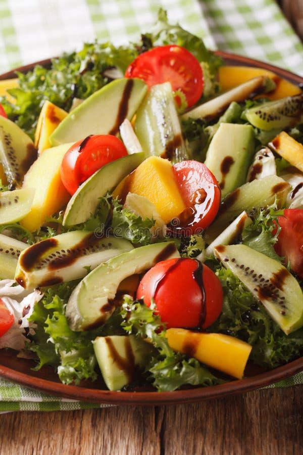 Insalata fresca del primo piano del mango, dell'avocado, del kiwi, del pomodoro e della lattuga immagine stock libera da diritti