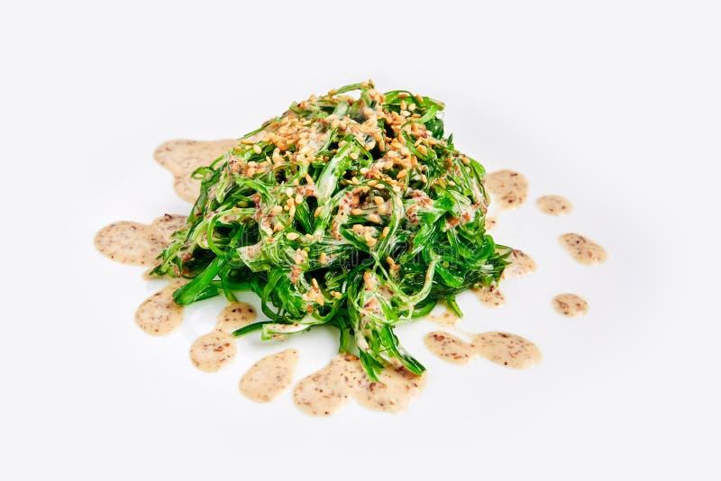 Insalata fresca dell'alga di chuka isolata su bianco Cucina giapponese immagine stock libera da diritti