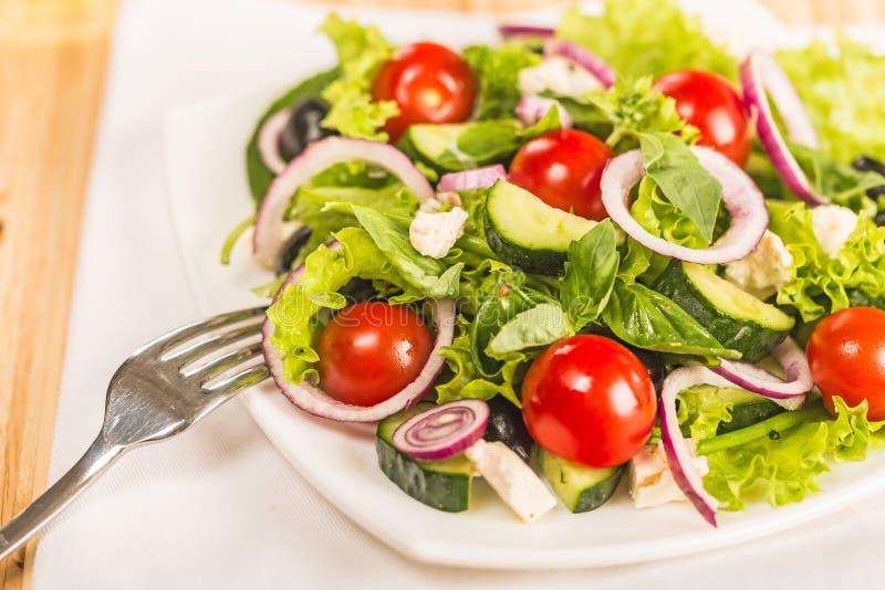 Download Insalata Fresca Della Molla Con La Verdura Fotografia Stock - Immagine di alimento, verde: 117979554