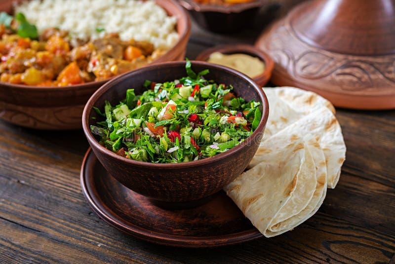 Insalata fresca della salsa con i pomodori, il pepe, le cipolle e le erbe Insalata di verdure messicana Alimento del vegano immagini stock libere da diritti
