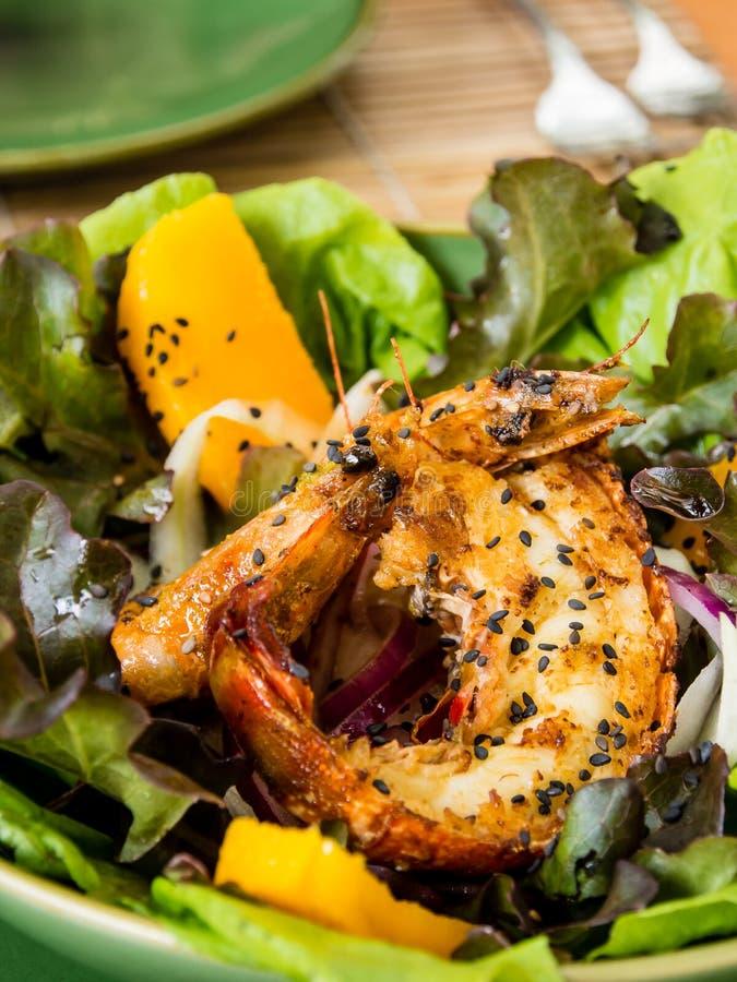 insalata fresca fritta del gamberetto con le foglie verdi ed il mango immagini stock libere da diritti