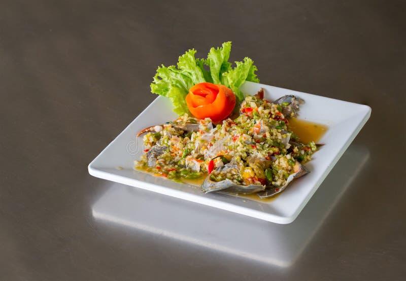 Insalata fresca piccante del granchio sul piatto bianco, frutti di mare fotografia stock