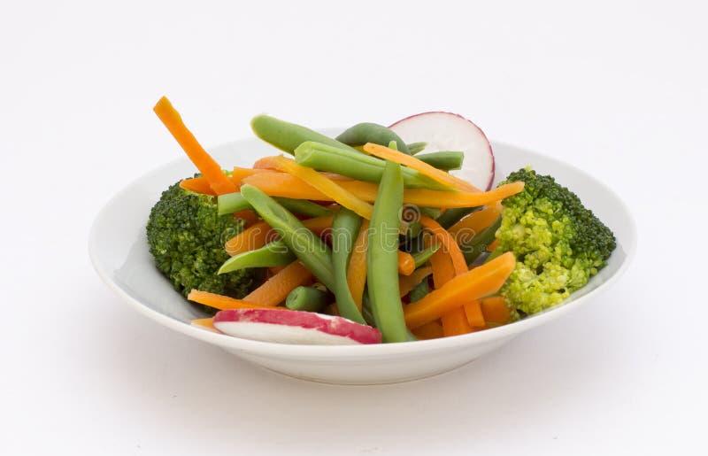 Insalata fresca in una ciotola: brocoli, carota, rabanito, immagini stock