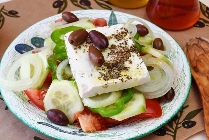 Insalata greca con il pomodoro, la cipolla, il cetriolo, la paprica dolce, il feta, l'origano, vinigar, olio d'oliva ed olive immagini stock libere da diritti