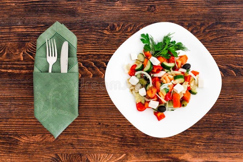 Insalata greca del cetriolo fresco, del pomodoro, del peperone dolce, della lattuga, della cipolla rossa, del feta e delle olive  fotografia stock