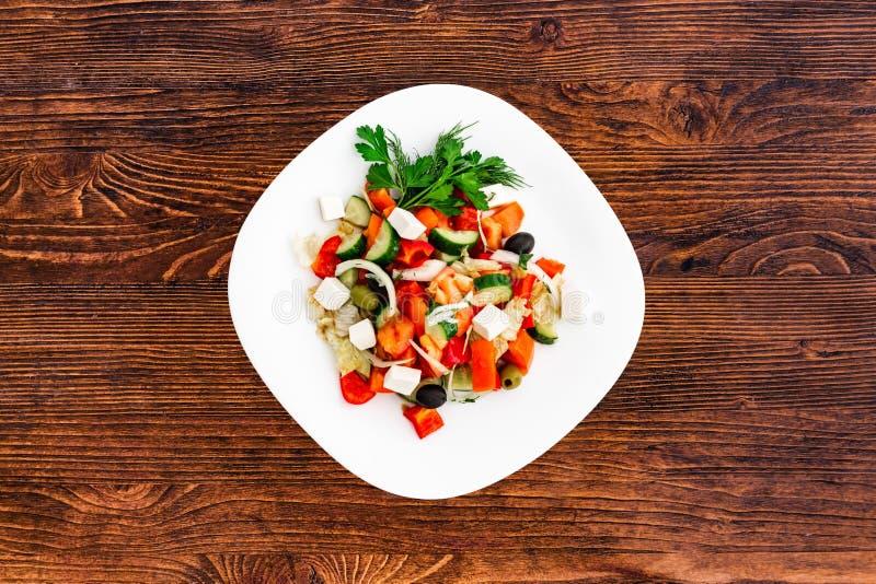 Insalata greca del cetriolo fresco, del pomodoro, del peperone dolce, della lattuga, della cipolla rossa, del feta e delle olive  immagini stock