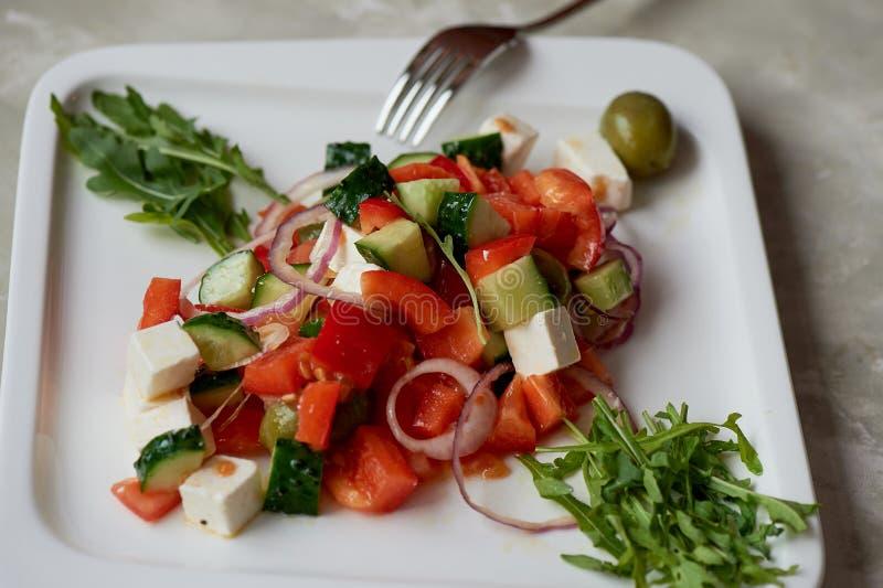Insalata greca Fresco, con olio d'oliva e la cipolla rossa Alimento di dieta sana immagini stock libere da diritti