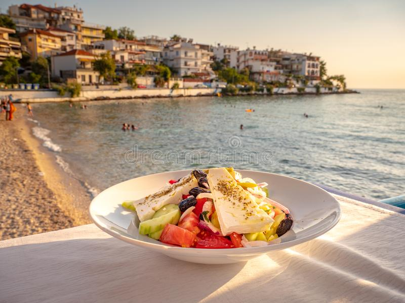 Insalata greca tradizionale su una tavola vicino alla spiaggia in una locanda greca tradizionale in Skala Marion, Thasos, Grecia immagini stock libere da diritti