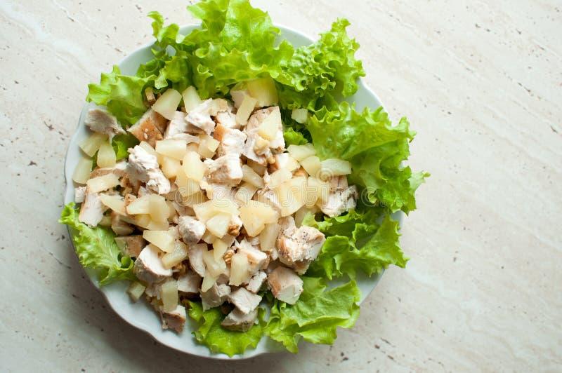 Insalata hawaiana nel piatto Petti di pollo rubicondi tagliati con l'insalata della foglia, i pezzi di ananas e la noce schiaccia immagine stock libera da diritti