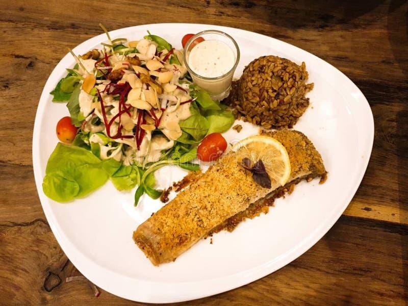 Insalata infornata e di verdure del pesce fotografie stock libere da diritti