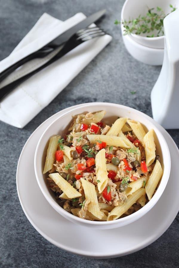 Insalata italiana del penne della pasta con il tonno, il peperone dolce ed i capperi immagini stock