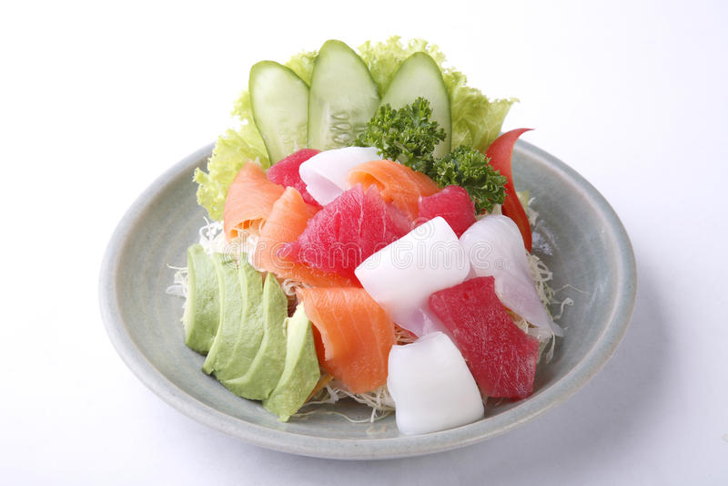 Insalata mista del sashimi con l'avocado isolato su fondo bianco immagine stock