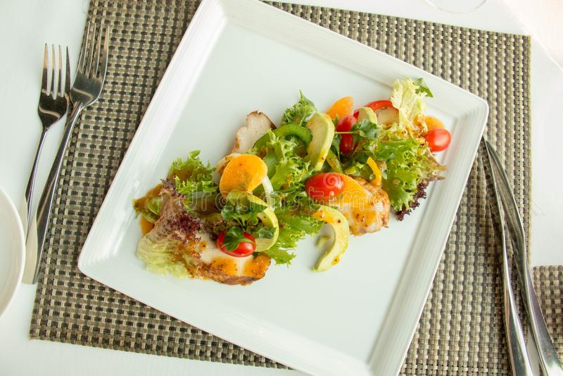 Insalata mista delle verdure in piatto bianco fotografia stock libera da diritti