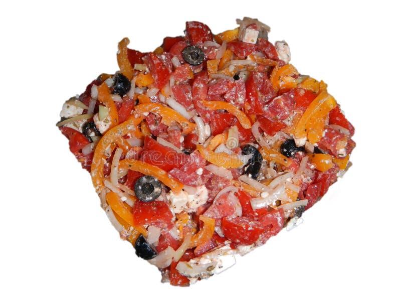Insalata multicolore con formaggio, i pomodori, la cipolla, le olive nere e la paprica immagine stock
