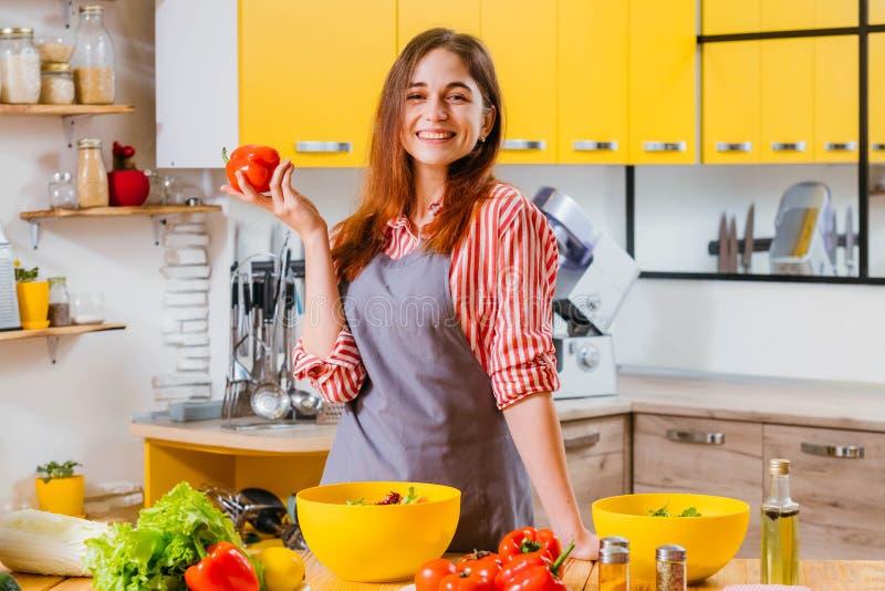 Insalata organica del peperone dolce di signora di nutrizione del vegano fotografia stock libera da diritti