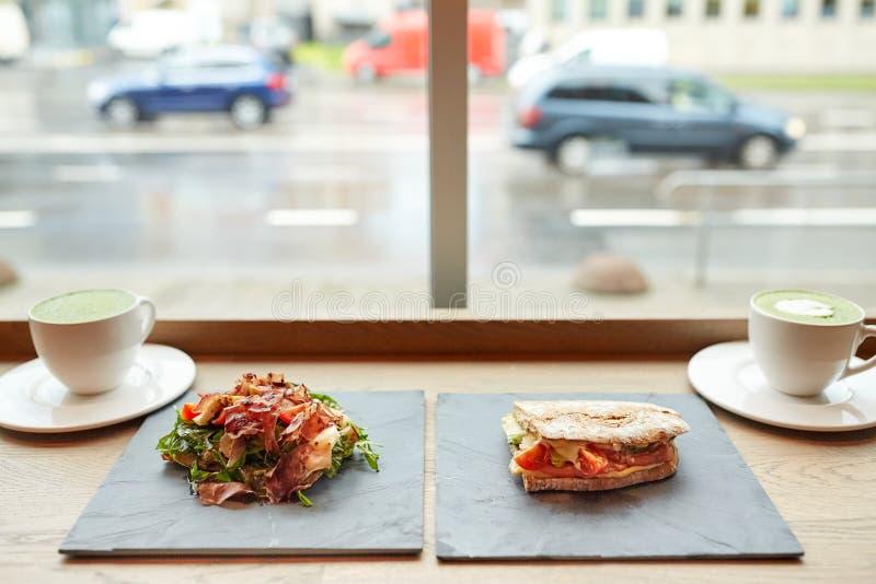 Insalata, panino e tè verde di matcha al ristorante fotografie stock libere da diritti