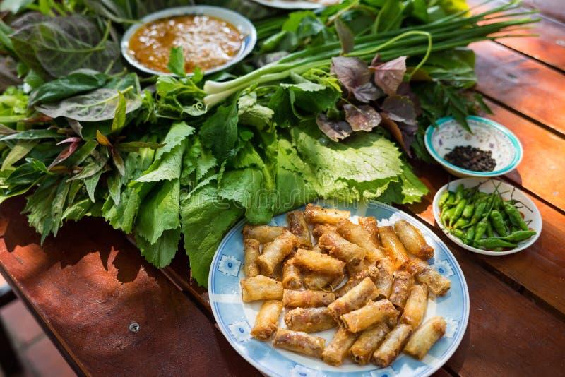 Insalata peculiare delle erbe in Kon Tum, Vietnam Facendo uso delle foglie per fare un contenitore a forma di cono per mettere l' fotografia stock libera da diritti
