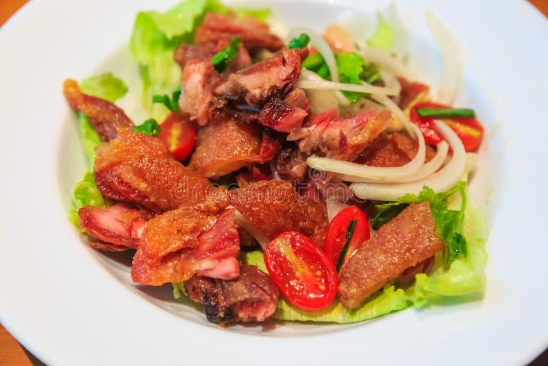 Insalata piccante con Pata croccante (gamba fritta nel grasso bollente della carne di maiale) fotografia stock libera da diritti
