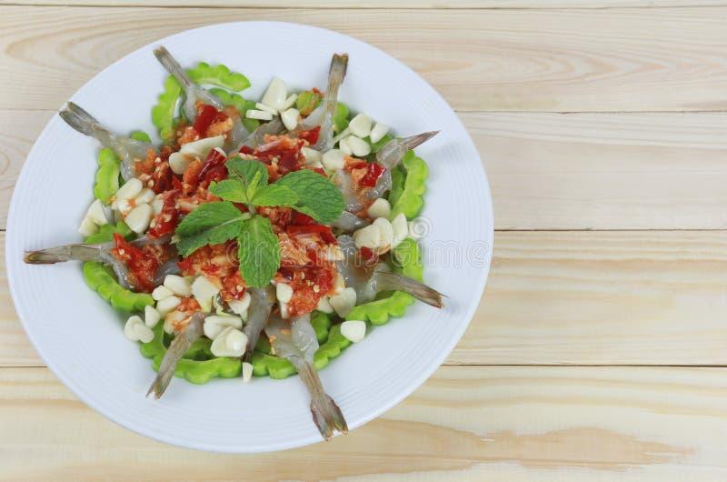 Insalata piccante del gamberetto con la salsa di pesce in piatto bianco fotografie stock