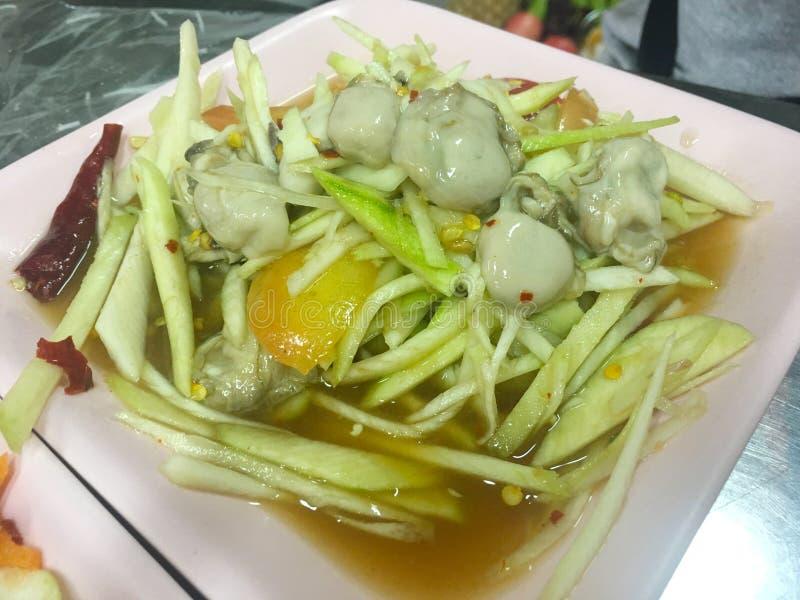 Insalata piccante del mango con l'ostrica, alimento tailandese fotografie stock