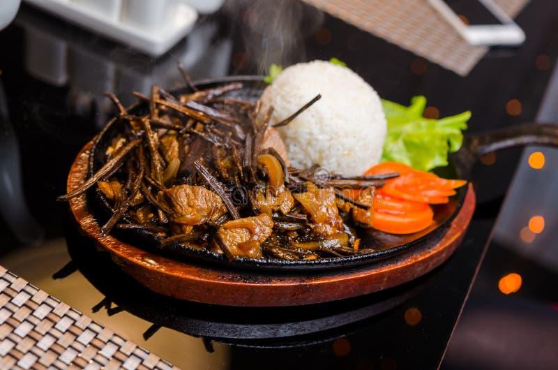 Insalata piccante della felce della felce aquilina con la cipolla, l'aglio, la salsa di soia e le spezie Cucina orientale ed asia fotografia stock