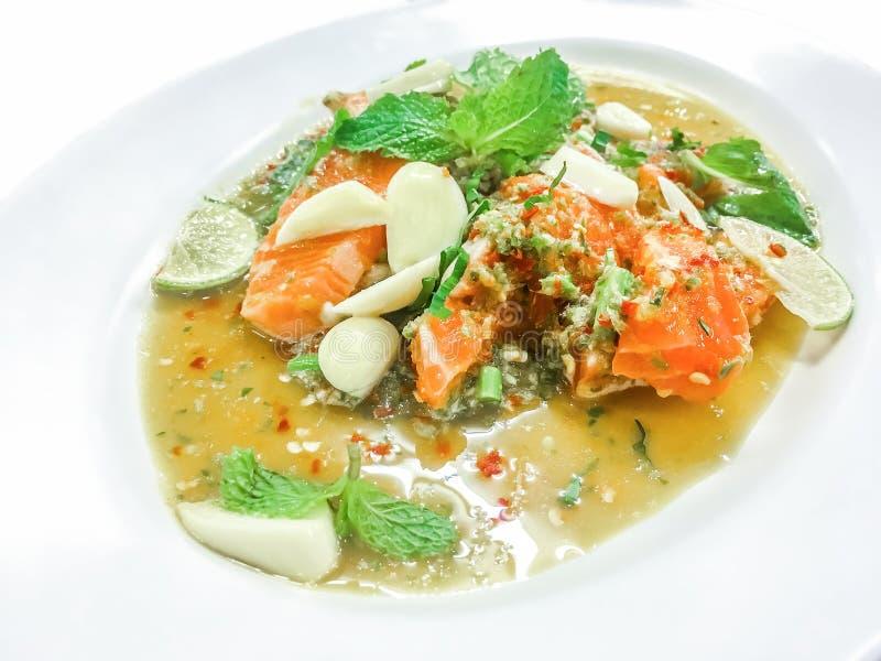 Insalata piccante di color salmone nello stile tailandese fotografie stock