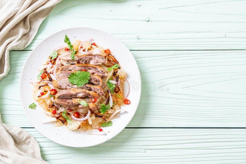 insalata piccante di pamelo con l'anatra arrostita immagine stock