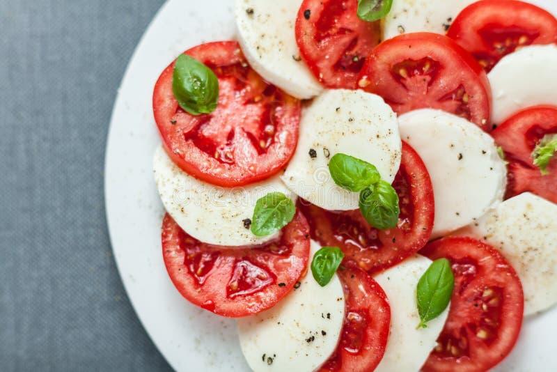 Insalata rossa e bianca variopinta di Caprese dell'italiano immagine stock
