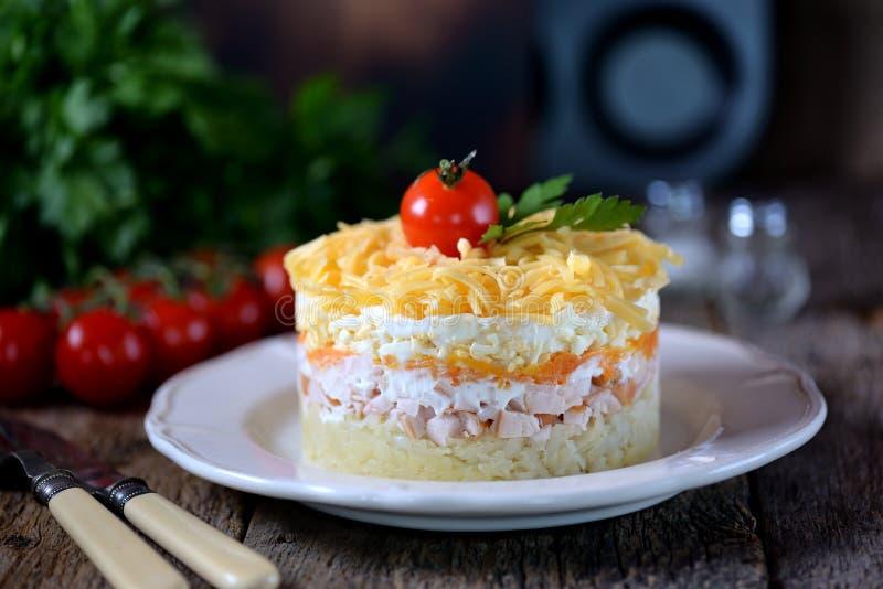 Insalata russa tradizionale del petto di pollo affumicato, delle patate bollite, delle carote, delle uova, delle cipolle, del for fotografia stock