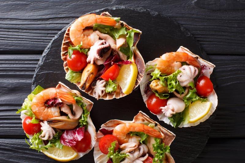 Insalata sana dello spuntino del gamberetto dei frutti di mare, del polipo del bambino, cozze e fotografia stock
