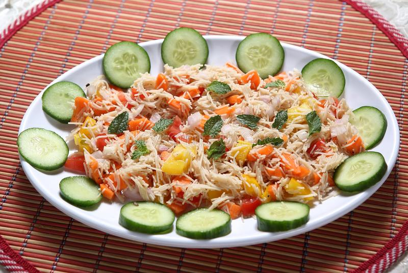 Insalata seviyan di Veg del ragi, insalata di Veg dei vermicelli del miglio africano, insalata di Semiya Veg del ragi fotografia stock