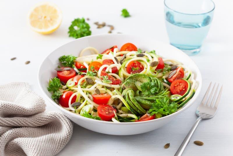 Insalata spiralized ketogenic dello zucchino del vegano con i semi di zucca del pomodoro dell'avocado fotografie stock libere da diritti
