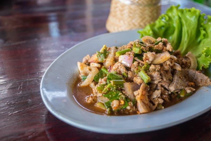 Insalata tritata piccante della carne di maiale (Laab) all'alimento tailandese della via fotografia stock