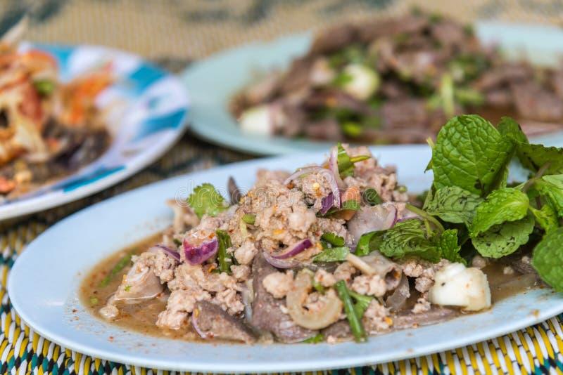 Insalata tritata piccante della carne di maiale (Laab) all'alimento tailandese della via immagine stock