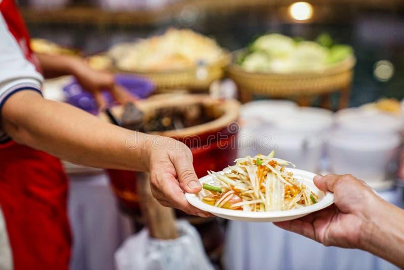 Insalata unica tradizionale locale di somtum della papaia del famouse tailandese piccante corpo a corpo dell'insalata nel mondo immagini stock