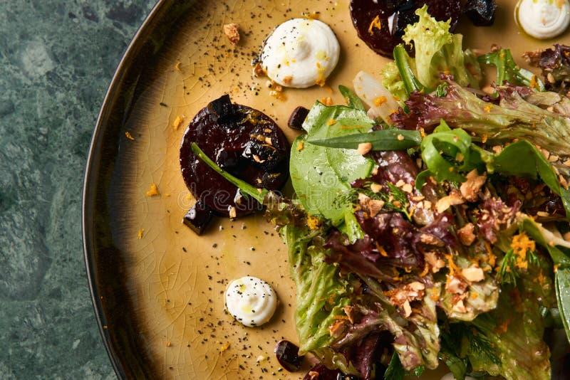 Insalata vegetariana sana con le varie erbe e barbabietole immagine stock libera da diritti