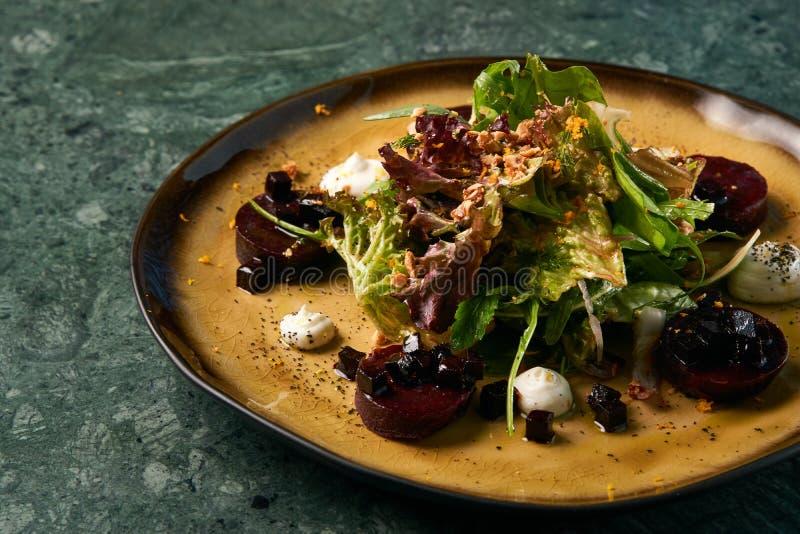 Insalata vegetariana sana con le varie erbe e barbabietole fotografia stock