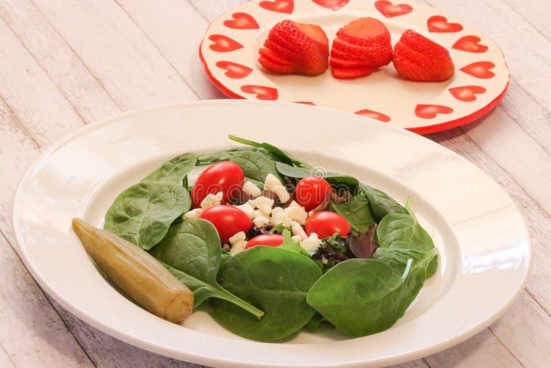 Insalata verde degli spinaci con i pomodori ed il feta immagine stock libera da diritti