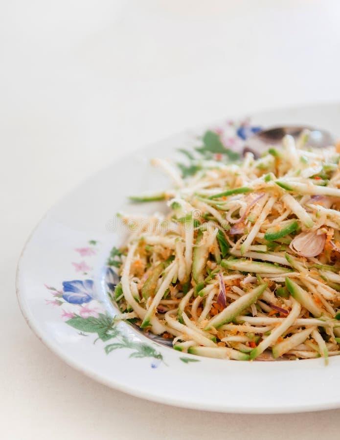Insalata verde del mango con gli scalogni ed il gamberetto essiccato tagliuzzato, alimento tailandese del sud locale fotografia stock libera da diritti