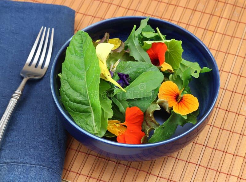 Insalata verde organica sana con i fiori commestibili immagini stock